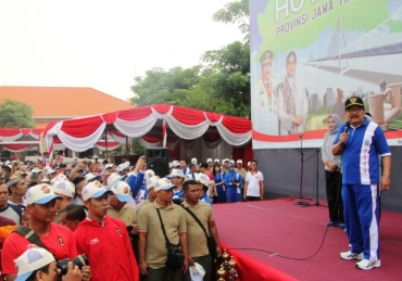 Pakde dan Bude Karwo Lepas Jalan Sehat HUT Provinsi Jatim ke 73