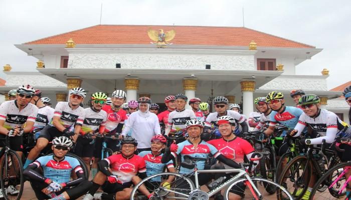 Gubernur Khofifah Minta Cyclist Informasikan Percepatan Infrastruktur Indonesia