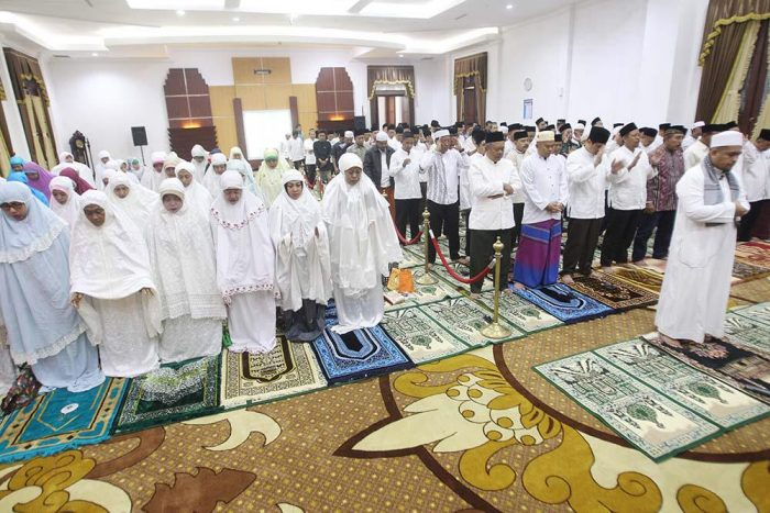 Doakan UNBK Lancar, Gubernur Khofifah Ajak Kepala OPD Sholat Hajat dan Sahur Bareng