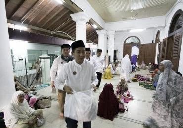 PNS Badan Pendapatan Bagikan 1000 Nasi Bungkus di Ampel