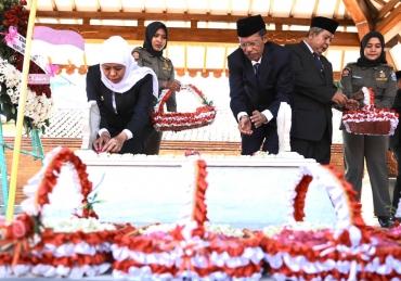 Hari Jadi Ke-74, Khofifah Ziarah Makam Gubernur Soerjo